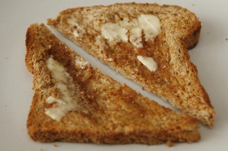Cientistas fazem pesquisa e provam: pão cai sempre com a manteiga pra baixo