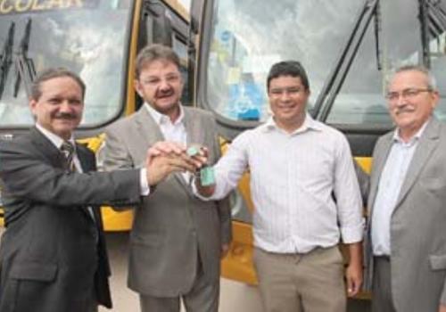 Governador Wilson Martins entrega 31 ônibus escolares no Piauí