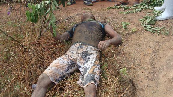 Motociclista cai de moto, bate cabeça em pedra e morre no local do acidente