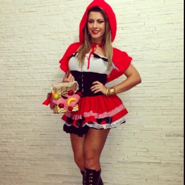 De pernas à mostra Babi Rossi se veste de Chapeuzinho Vermelho