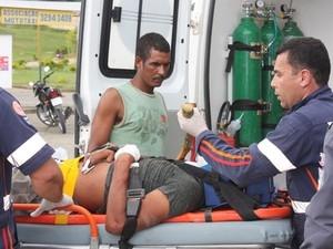 Homem fica com estaca fincada no peito após bater carro