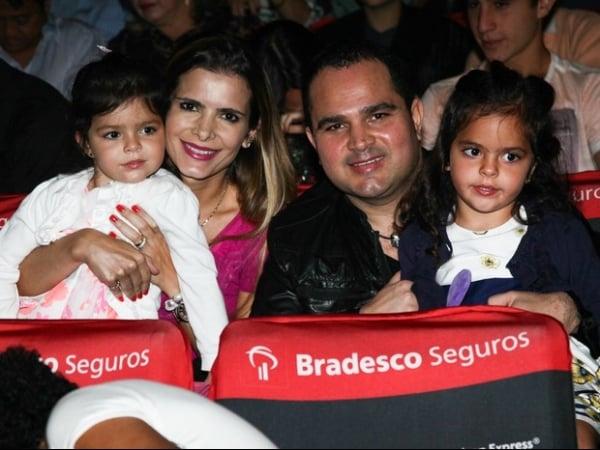 Luciano leva as filhas gêmeas para ver peça de teatro