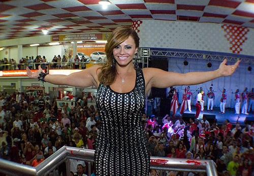 Viviane Araújo mostra samba no pé na quadra da escola de samba Salgueiro