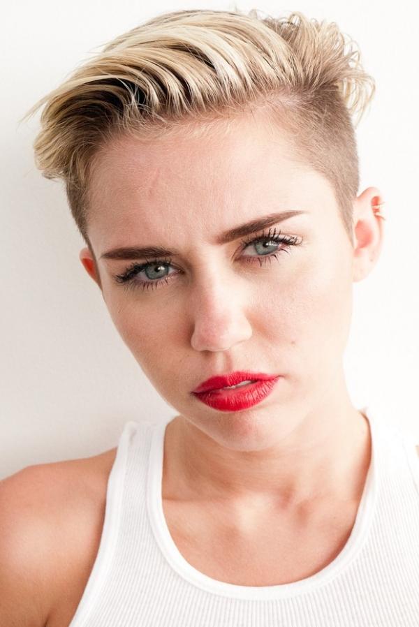 De calcinha, Miley Cyrus posa tatuada e fumando para fotos