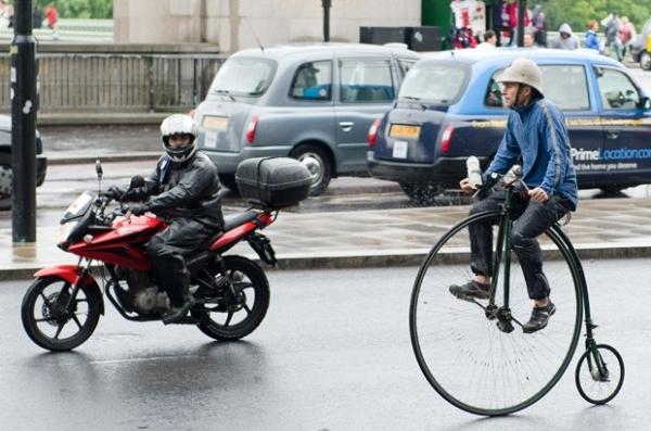 Homem chama atenção por conta de bicicleta