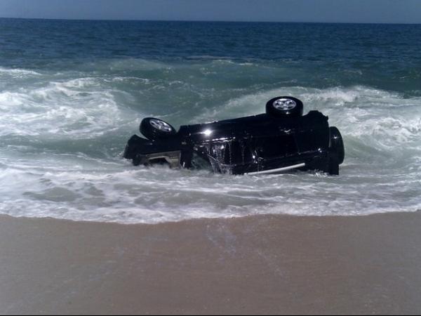 Motorista  aparentemente embriagado perde controle e carro é engolido pelo mar