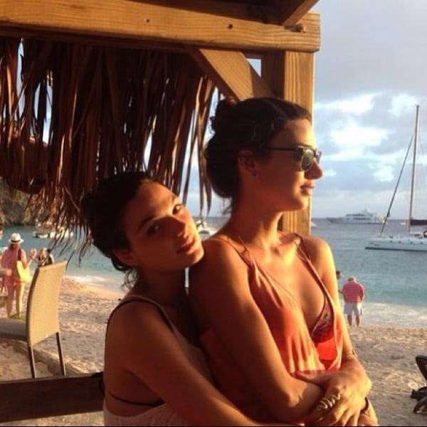 Isis Valverde e Thaila Ayala curtem praia juntas após festa na virada