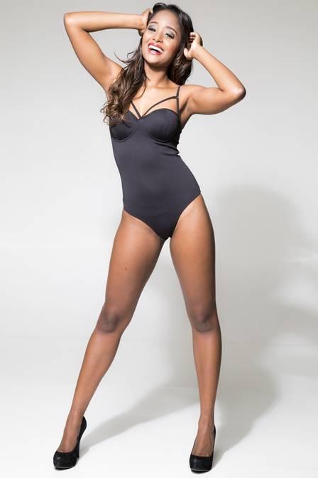 Aline Prado, ex-Globeleza, mantém os 56kg praticando pole dance