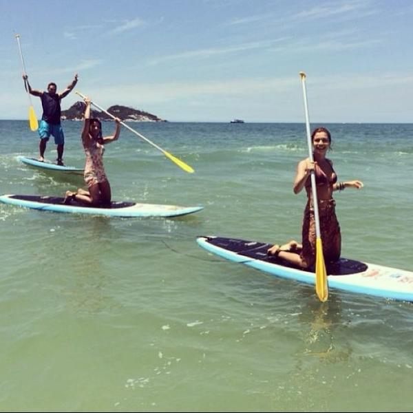 Grazi Massafera volta à praia e faz stand up paddle com Ana Lima