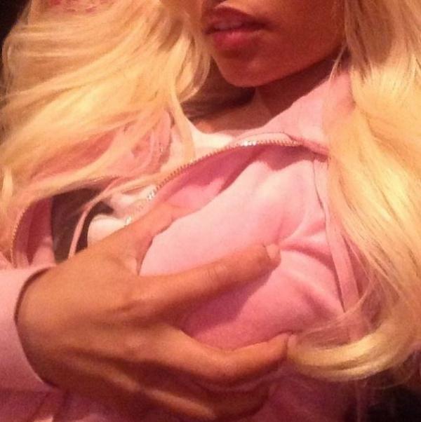 Nicki Minaj aperta o seio, chupa os dedos e mostra a língua para fãs