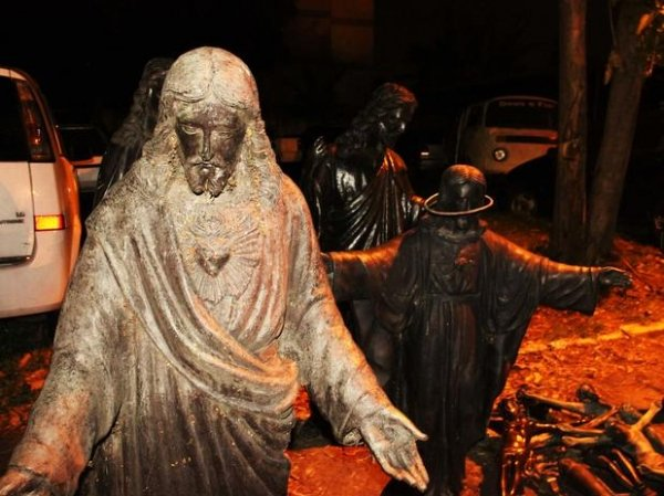 Quadrilha é flagrada roubando estátuas no cemitério
