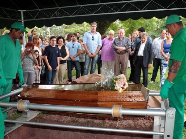 Ary Toledo e Raul Gil se emocionam em enterro de Marly Marley