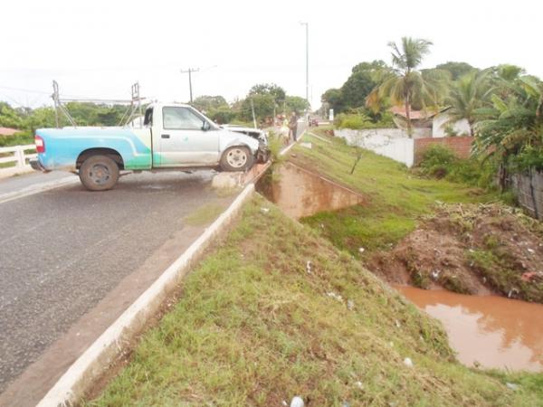 Carro da Eletrobrás se envolve em acidente e quase despenca de ponte na PI-113