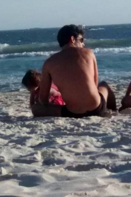Cauã Reymond brinca com Sofia na praia e pede privacidade aos fãs