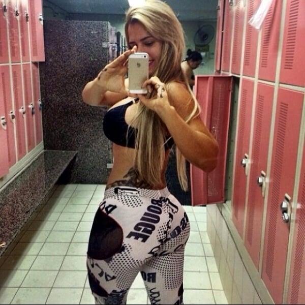 De barriga de fora e decote, Denise Rocha exibe boa forma