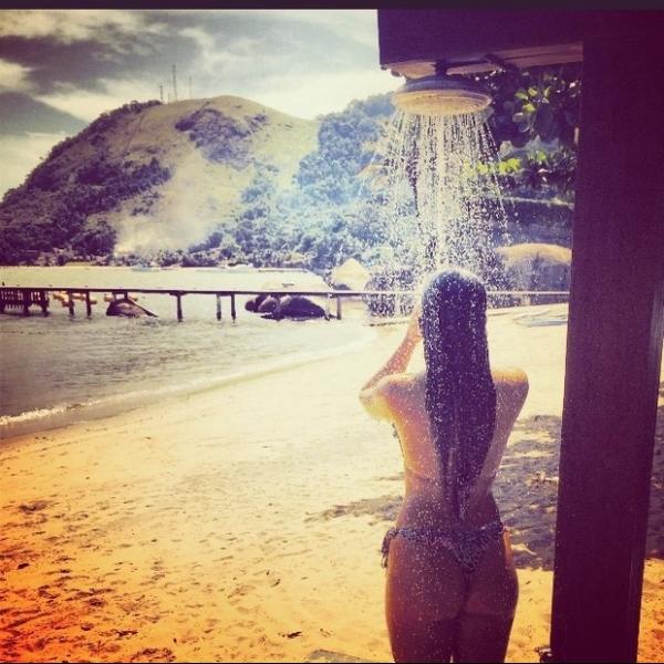 De fio-dental, Carol Portaluppi se refresca em praia