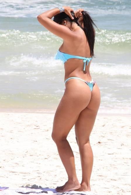 Ex-musa do Santos desfila sua beleza em praia carioca