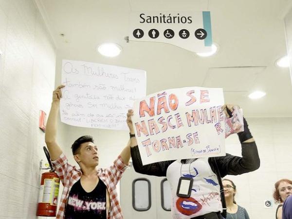 Grupo protesta contra preconceito a transexuais em shopping na av. Paulista