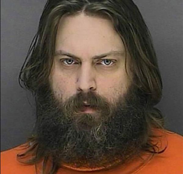 Homem é preso depois de assar próprio gato e dizer que queria apenas prova-lo ?cozido com cebola?
