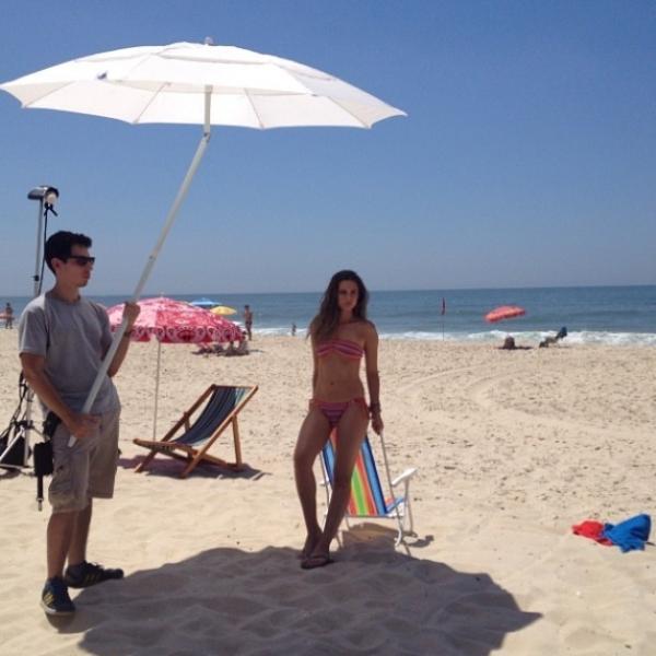 Juliana Paiva faz ensaio de biquíni na praia