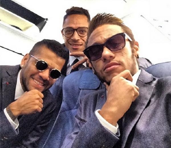 Neymar, Daniel Alves e Adriano fazem estilo