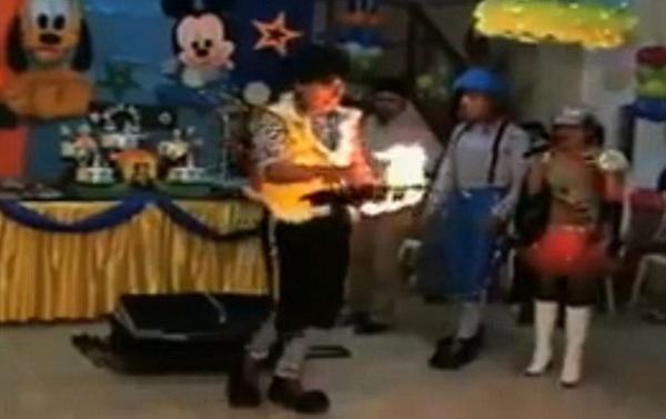 Palhaço tenta fazer mágica e coloca fogo em pomba na frente das crianças