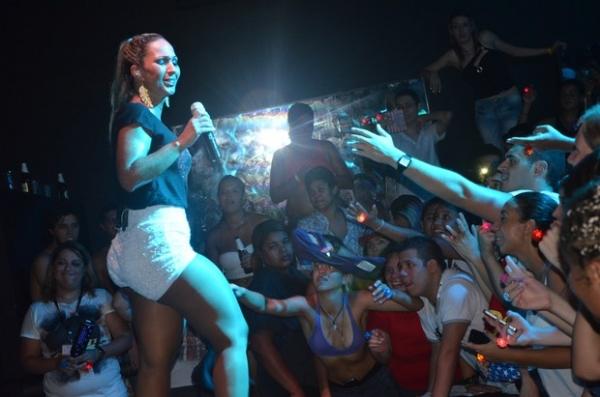 Valesca Popozuda vai até o chão em show lotado em São Paulo