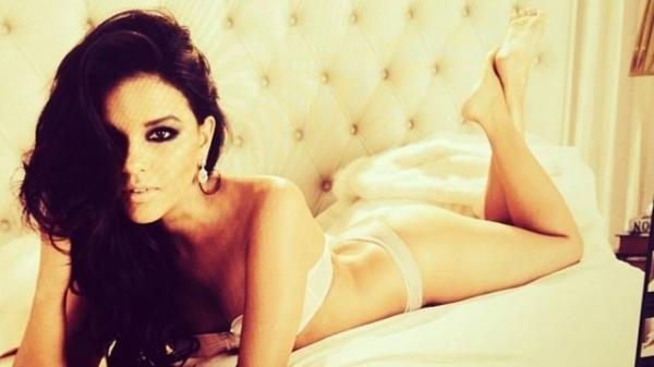 Mariana Rios aparece de lingerie em foto sensual