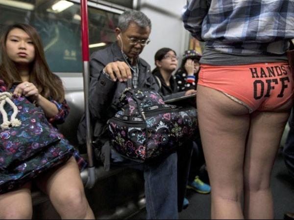 Mulher viaja de calcinha no metrô em Hong Kong