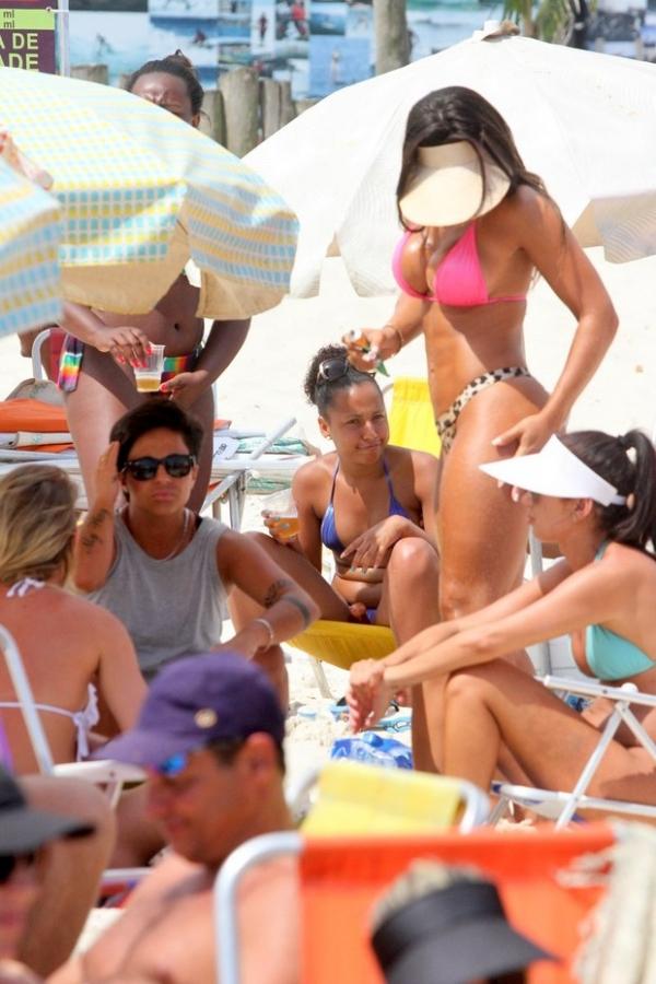 Thammy Miranda dá colinho para a namoradae faz carinho em praia