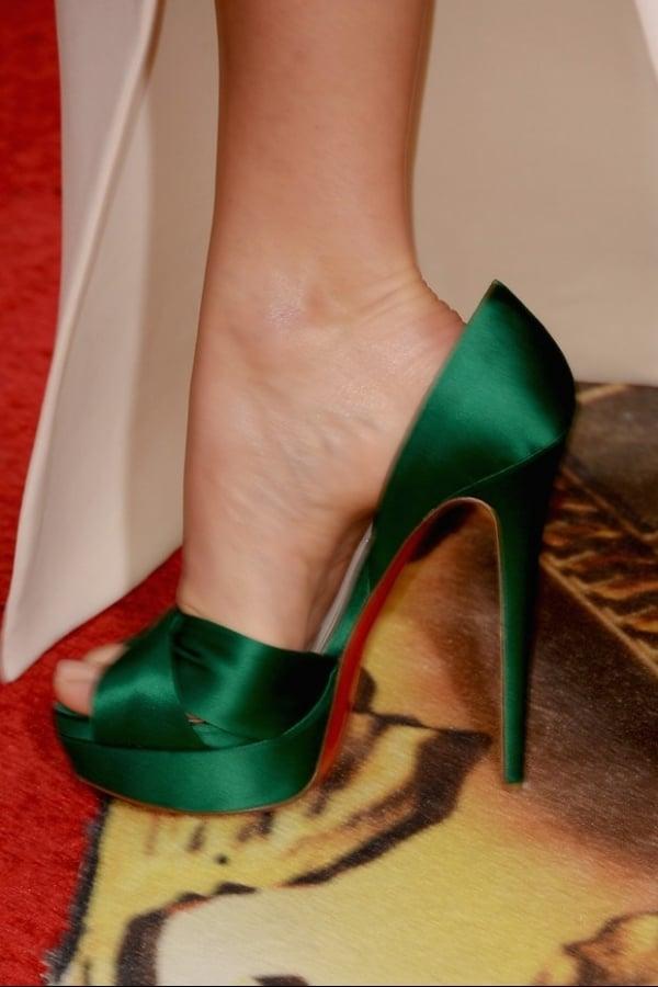 Atriz Margot Robbie usa sapato bem maior que o pé no Globo de Ouro