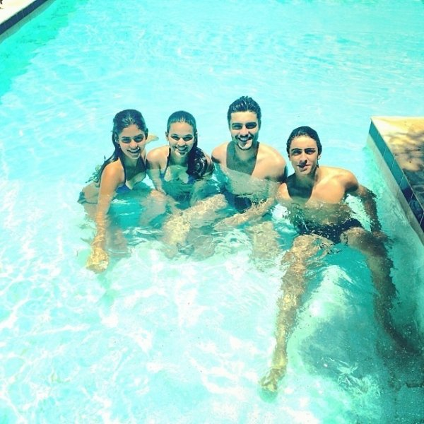 Bruna Marquezine se diverte na piscina com elenco de
