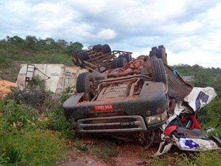Carreta com 50 toneladas de milho tomba e deixa motorista morto na PI 135
