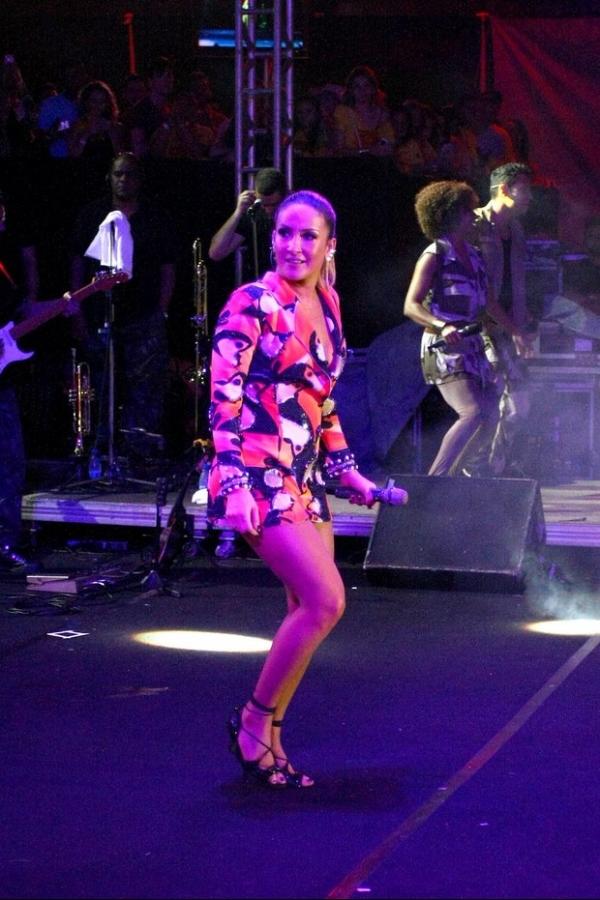Claudia Leitte exibe pernões em figurino curtinho durante show