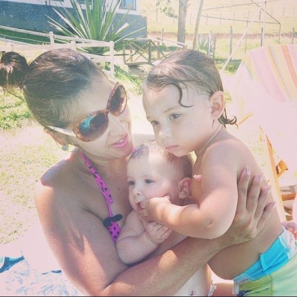 Mais magra, Priscila Pires curte praia com os filhos: