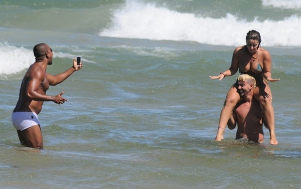 Viviane Araújo namora muito e faz farra em praia de Búzios