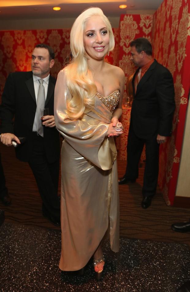 fdbed2801a Lady Gaga aposta em vestido tomara que caia para ir a festa