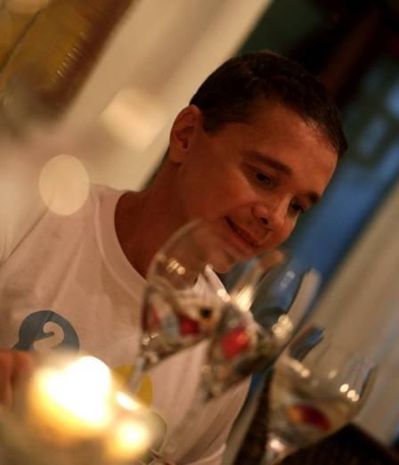 Cantor Netinho reaparece bem mais magro e sorridente, após internação para tratamento de câncer no fígado