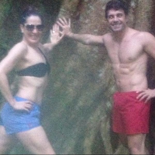 Claudia Raia posa de biquíni e shortinho com o namorado