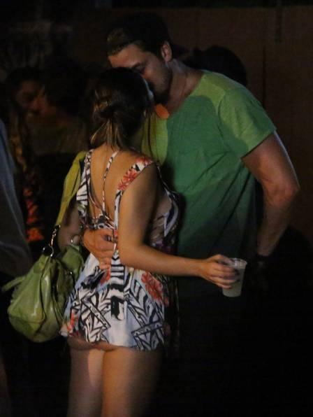 Giovanna Lancellotti troca beijos com publicitário paulista em noitada com amigos