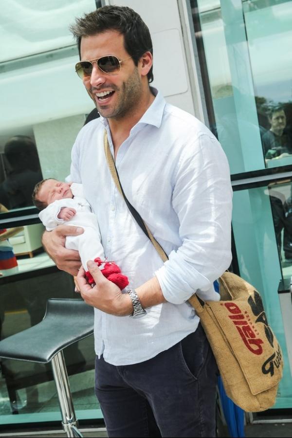 Henri Castelli deixa a maternidade com a filha Maria Eduarda