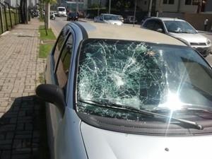 Homem surta, tira a roupa e atira pedras em carros