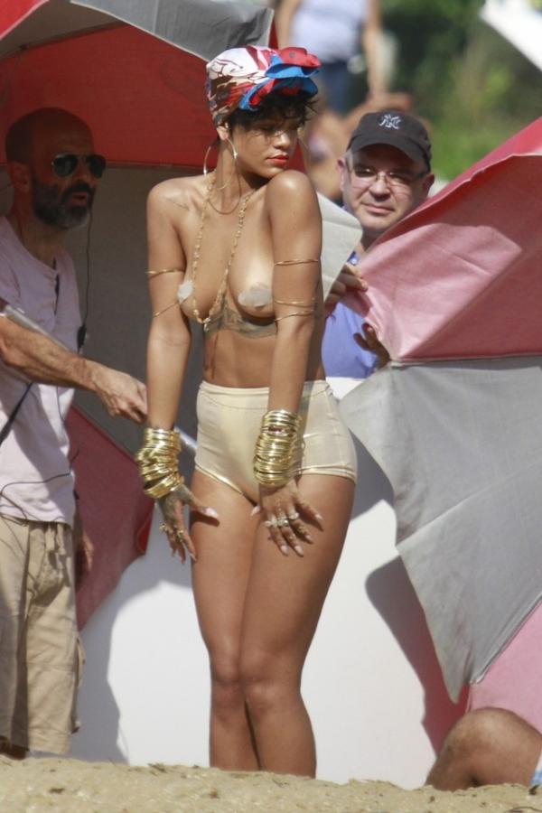Rihanna fotografa para revista com os seios de fora