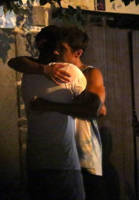Rodrigo Simas briga com amigo na rua com direito a lágrimas e reconciliação