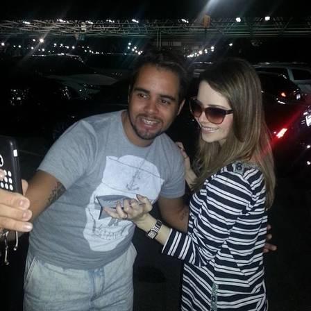Sandy volta ao Brasil após férias de 18 dias nos EUA e usa roupa larga que esconde barriguinha de gravidez