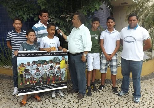 Treinador pede ajuda para crianças disputarem campeonato em São Paulo
