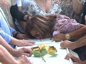Após velar filha, cantor Giovani não vai a enterro
