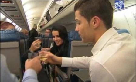 Cristiano Ronaldo beija a namorada em voo que teve até brinde de champanhe. Veja bastidores da Bola de Ouro