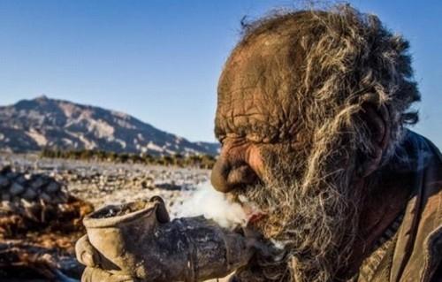 Iraniano que não toma banho há 60 anos procura amor e diz que