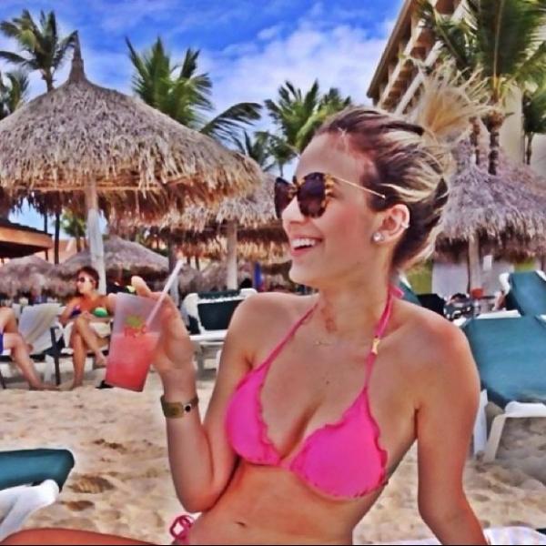 Irmã de Luan Santana curte praia, toma um bom drink e mostra o corpão